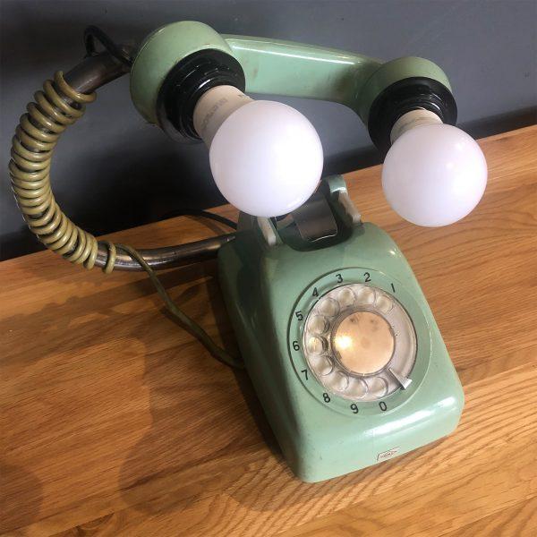 retro telefón prerobený na stolovú lampu